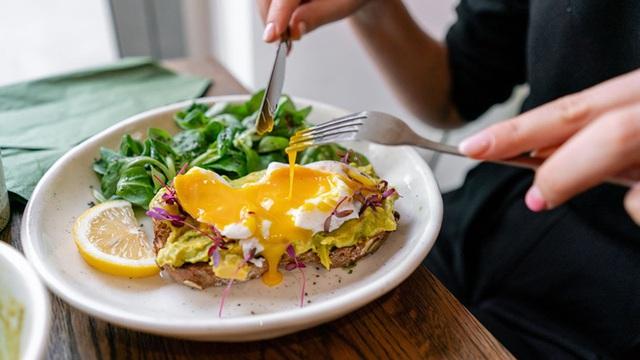 5 thói xấu trong việc ăn uống sẽ âm thầm phá hoại dạ dày mà rất nhiều người mắc phải - Ảnh 1.