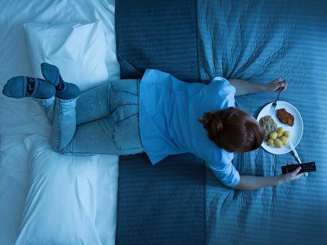 5 thói xấu trong việc ăn uống sẽ âm thầm phá hoại dạ dày mà rất nhiều người mắc phải - Ảnh 2.