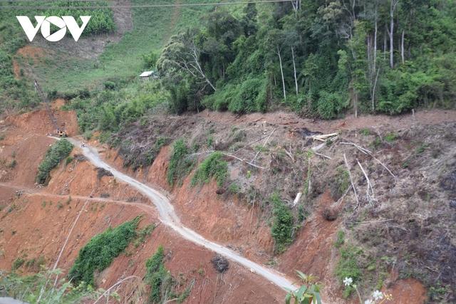 Cận cảnh thủy điện TrHy 13 năm xây chưa xong, cây rừng bị chặt ngổn ngang - Ảnh 12.