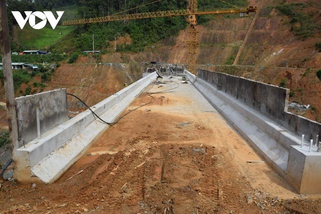 Cận cảnh thủy điện TrHy 13 năm xây chưa xong, cây rừng bị chặt ngổn ngang - Ảnh 3.
