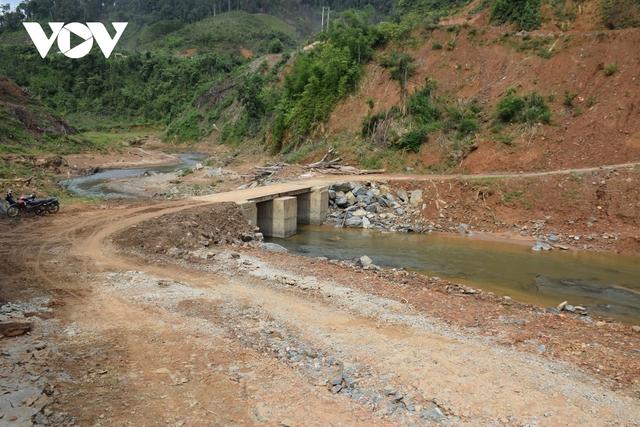 Cận cảnh thủy điện TrHy 13 năm xây chưa xong, cây rừng bị chặt ngổn ngang - Ảnh 4.