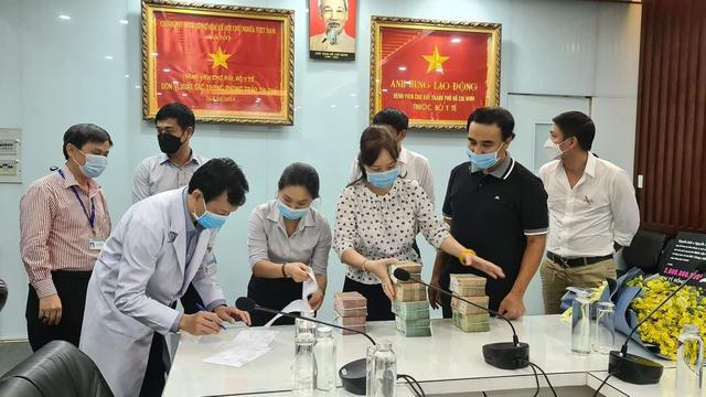 MC Quyền Linh đi dép lê, đeo ba lô tiền, tự chạy xe máy tới ủng hộ thêm 2,2 tỷ VNĐ cho quỹ vaccine cho người lao động nghèo - Ảnh 3.