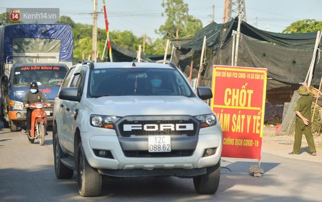 Hà Nội: Đông Anh lập chốt kiểm soát khu vực giáp ranh Bắc Ninh, ô tô quay đầu, hàng dài xe cơ giới chờ khai báo y tế - Ảnh 1.