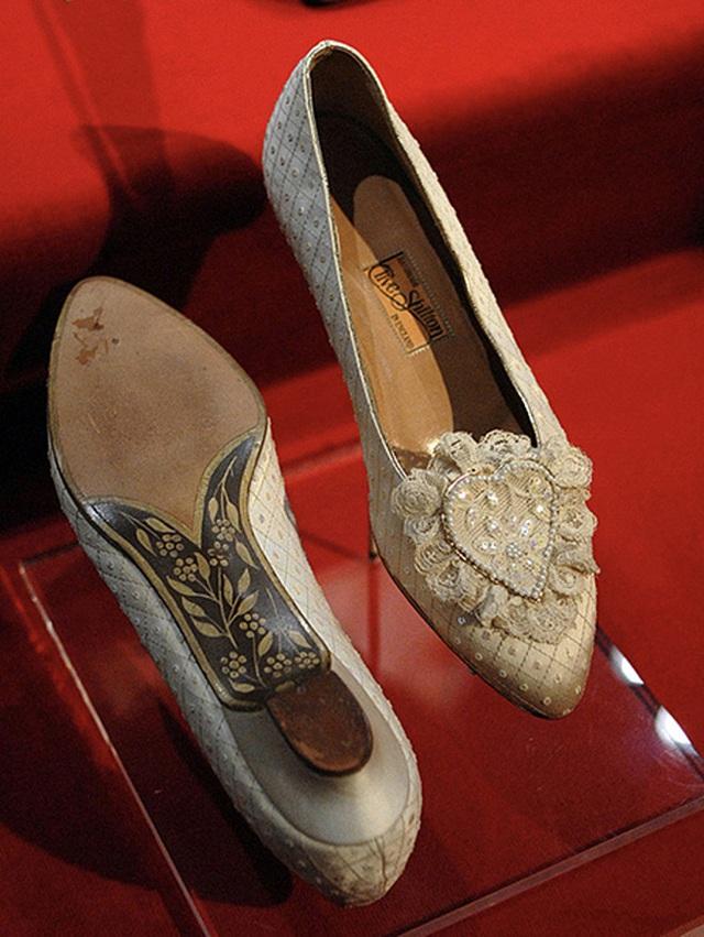 Loạt bí mật ít ai biết phía sau đám cưới của Hoàng gia Anh, đặc biệt là sự cố chỉ muốn giấu nhẹm đi với váy cưới của Công nương Diana - Ảnh 3.