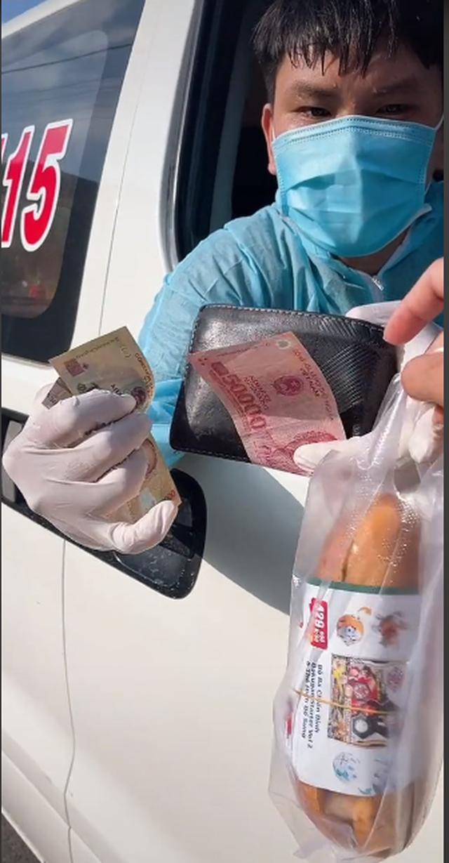 Clip mua bánh mì thương nhất hôm nay: Thấy xe cấp cứu chạy thẳng vô quán, bà chủ giật mình nhưng liền có hành động ấm lòng sau đó - Ảnh 2.