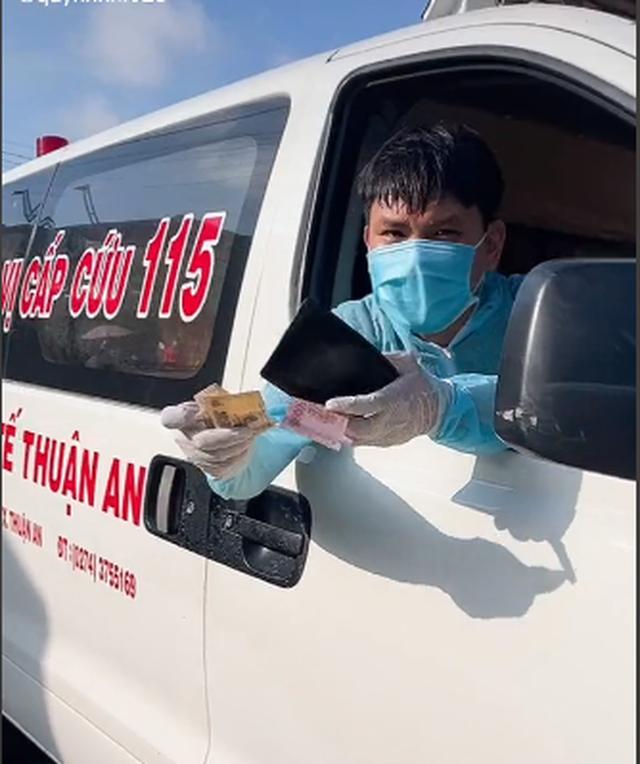 Clip mua bánh mì thương nhất hôm nay: Thấy xe cấp cứu chạy thẳng vô quán, bà chủ giật mình nhưng liền có hành động ấm lòng sau đó - Ảnh 3.