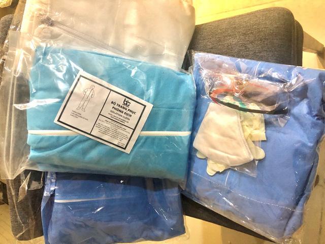Quần áo bảo hộ y tế giá rẻ bán đầy chợ mạng - Ảnh 1.