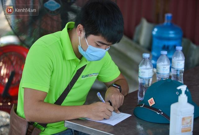 Hà Nội: Đông Anh lập chốt kiểm soát khu vực giáp ranh Bắc Ninh, ô tô quay đầu, hàng dài xe cơ giới chờ khai báo y tế - Ảnh 15.