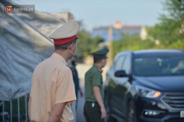 Hà Nội: Đông Anh lập chốt kiểm soát khu vực giáp ranh Bắc Ninh, ô tô quay đầu, hàng dài xe cơ giới chờ khai báo y tế - Ảnh 16.