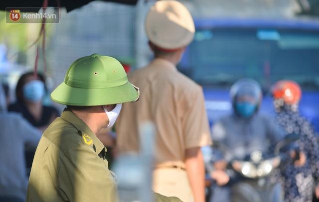 Hà Nội: Đông Anh lập chốt kiểm soát khu vực giáp ranh Bắc Ninh, ô tô quay đầu, hàng dài xe cơ giới chờ khai báo y tế - Ảnh 17.
