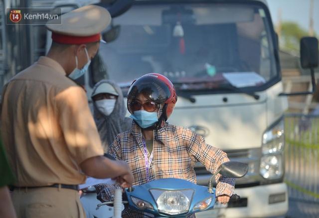 Hà Nội: Đông Anh lập chốt kiểm soát khu vực giáp ranh Bắc Ninh, ô tô quay đầu, hàng dài xe cơ giới chờ khai báo y tế - Ảnh 3.