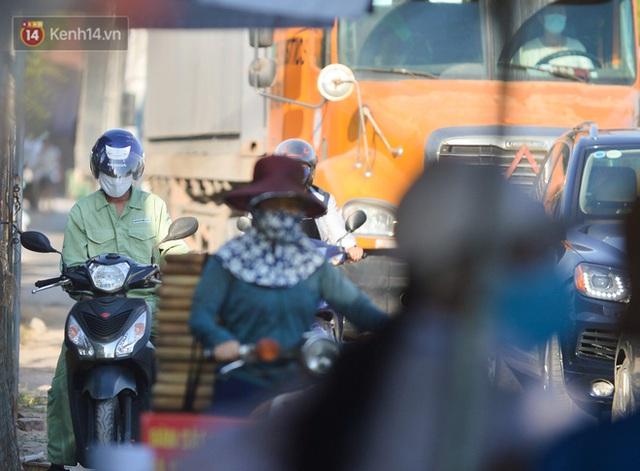 Hà Nội: Đông Anh lập chốt kiểm soát khu vực giáp ranh Bắc Ninh, ô tô quay đầu, hàng dài xe cơ giới chờ khai báo y tế - Ảnh 4.