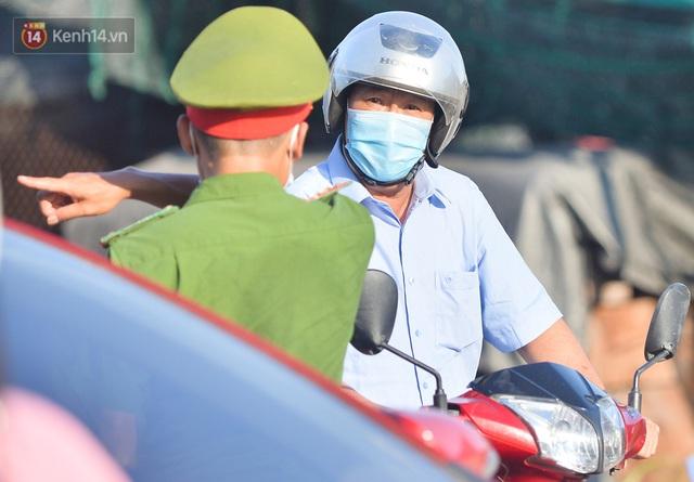 Hà Nội: Đông Anh lập chốt kiểm soát khu vực giáp ranh Bắc Ninh, ô tô quay đầu, hàng dài xe cơ giới chờ khai báo y tế - Ảnh 5.