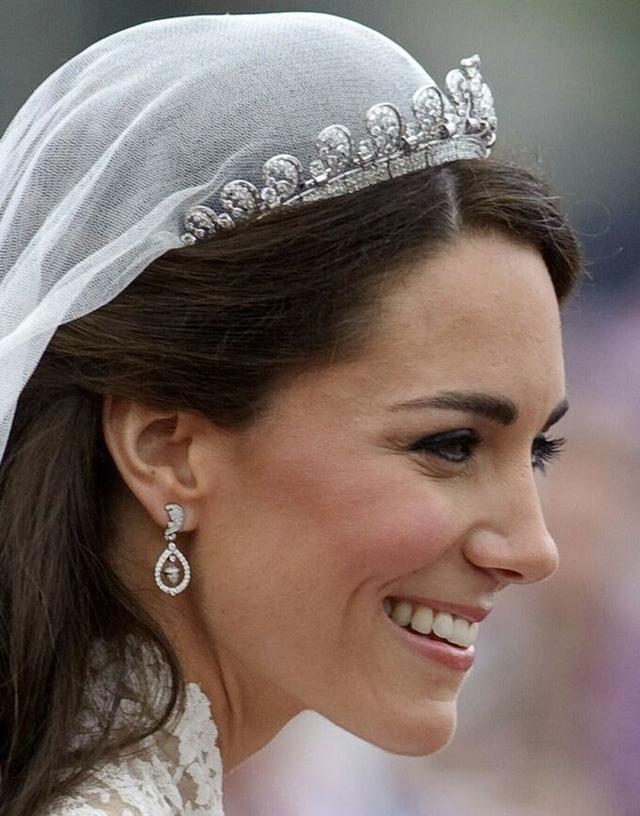 Loạt bí mật ít ai biết phía sau đám cưới của Hoàng gia Anh, đặc biệt là sự cố chỉ muốn giấu nhẹm đi với váy cưới của Công nương Diana - Ảnh 7.
