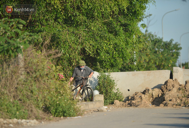 Hà Nội: Đông Anh lập chốt kiểm soát khu vực giáp ranh Bắc Ninh, ô tô quay đầu, hàng dài xe cơ giới chờ khai báo y tế - Ảnh 9.