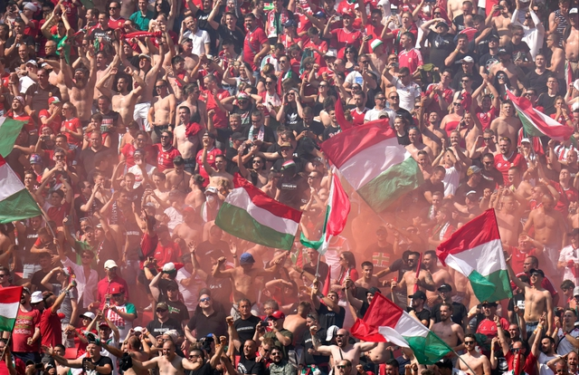 Choáng ngợp trước không khí cuồng nhiệt trên SVĐ Puskas Arena - nơi 100% CĐV được vào xem Euro giữa mùa Covid-19: Câu chuyện đằng sau tấm thẻ nhựa bí ẩn của Hungary - Ảnh 1.