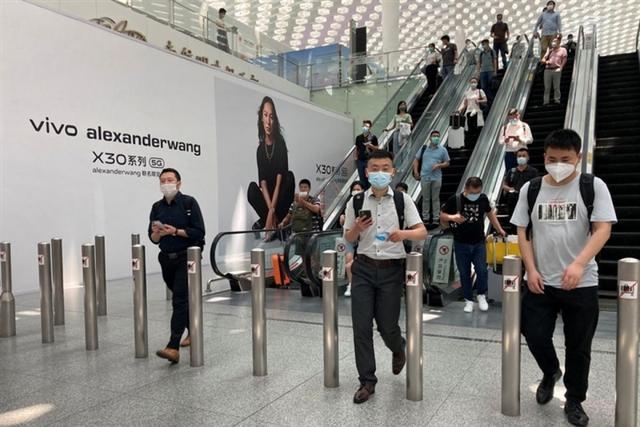 Sân bay Trung Quốchủy hơn 400 chuyến bay do 1 nhân viên nhiễm biến thể Delta - Ảnh 1.