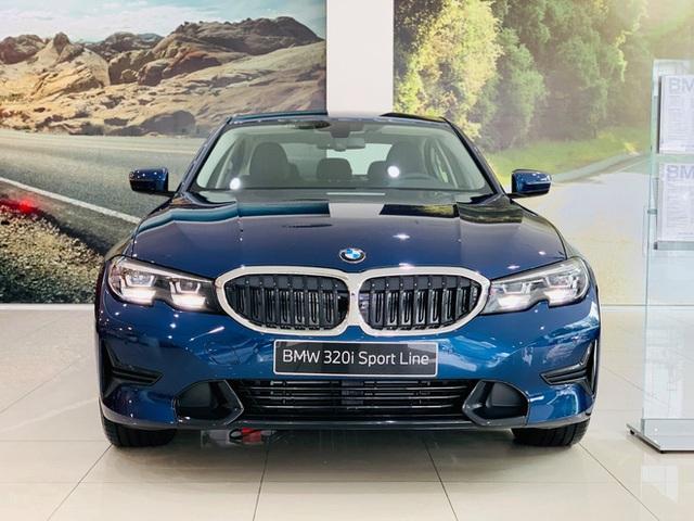 BMW 3-Series giảm giá 130 triệu đồng tại đại lý, rút ngắn khoảng cách giá đấu Mercedes-Benz C-Class - Ảnh 1.