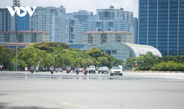 Nhiệt độ mặt đường có nơi hơn 50 độ C, phố phường Hà Nội vắng hoe - Ảnh 1.