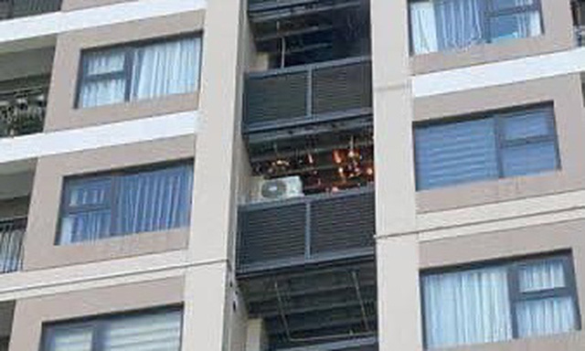 Hà Nội: Cháy khu vực đặt cục nóng điều hoà chung cư cao cấp giữa trời nắng 40 độ - Ảnh 2.