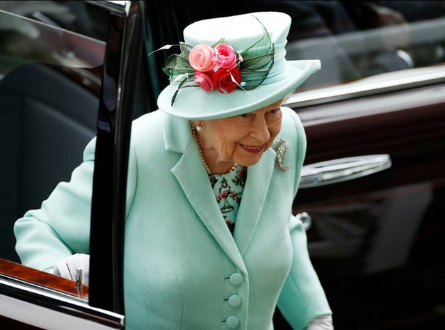 Nữ hoàng Anh xuất hiện công khai cùng Thái tử Charles thể hiện rõ quan điểm sau tuyên bố cao ngạo của Meghan - Ảnh 1.