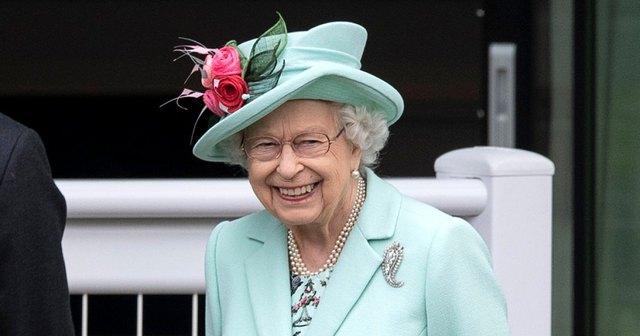 Nữ hoàng Anh xuất hiện công khai cùng Thái tử Charles thể hiện rõ quan điểm sau tuyên bố cao ngạo của Meghan - Ảnh 2.