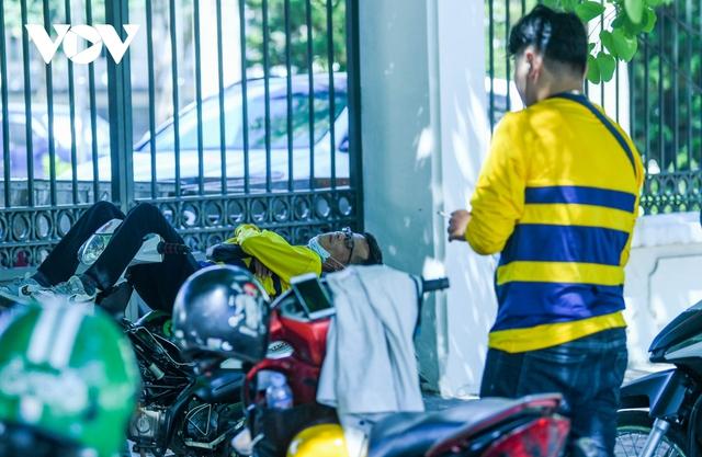 Nhiệt độ mặt đường có nơi hơn 50 độ C, phố phường Hà Nội vắng hoe - Ảnh 11.