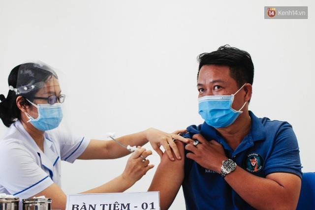 Ảnh: 8.000 người dân quận Bình Thạnh tiêm vaccine Covid-19 trong chiến dịch tiêm chủng lớn nhất lịch sử - Ảnh 11.