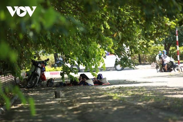 Nhiệt độ mặt đường có nơi hơn 50 độ C, phố phường Hà Nội vắng hoe - Ảnh 12.