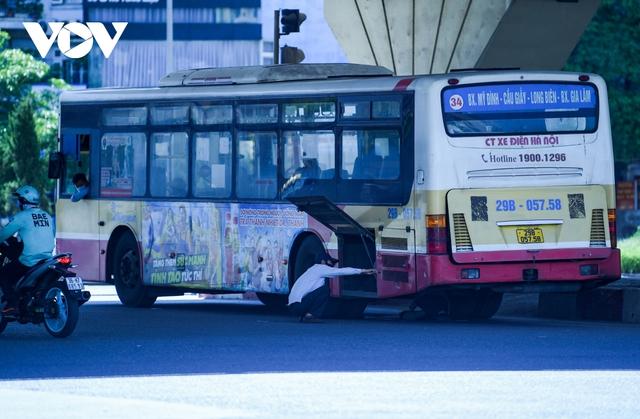 Nhiệt độ mặt đường có nơi hơn 50 độ C, phố phường Hà Nội vắng hoe - Ảnh 16.