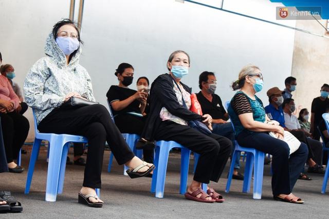 Ảnh: 8.000 người dân quận Bình Thạnh tiêm vaccine Covid-19 trong chiến dịch tiêm chủng lớn nhất lịch sử - Ảnh 4.