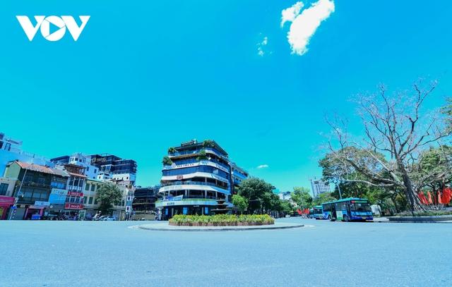 Nhiệt độ mặt đường có nơi hơn 50 độ C, phố phường Hà Nội vắng hoe - Ảnh 5.