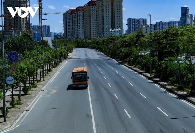 Nhiệt độ mặt đường có nơi hơn 50 độ C, phố phường Hà Nội vắng hoe - Ảnh 6.