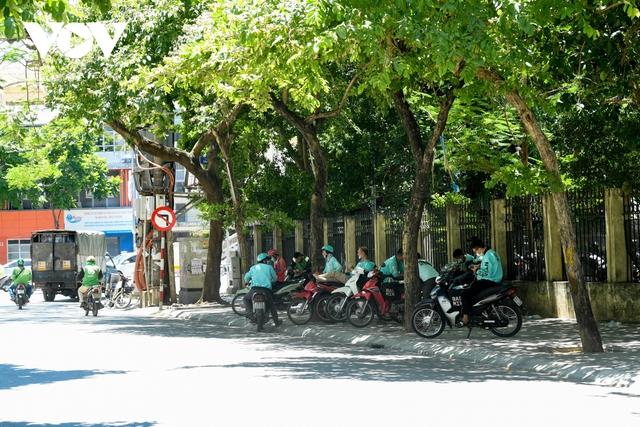 Nhiệt độ mặt đường có nơi hơn 50 độ C, phố phường Hà Nội vắng hoe - Ảnh 9.