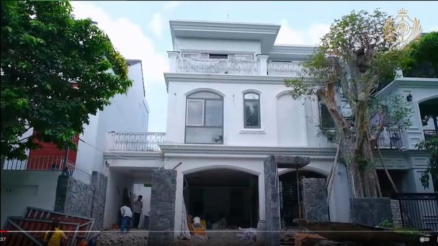 Doanh nhân Minh Nhựa khoe một góc biệt thự mới đang xây, tiết lộ mua nhà vì chỗ đậu xe và… một cái cây - Ảnh 2.