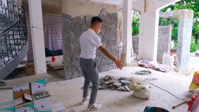 Doanh nhân Minh Nhựa khoe một góc biệt thự mới đang xây, tiết lộ mua nhà vì chỗ đậu xe và… một cái cây - Ảnh 4.