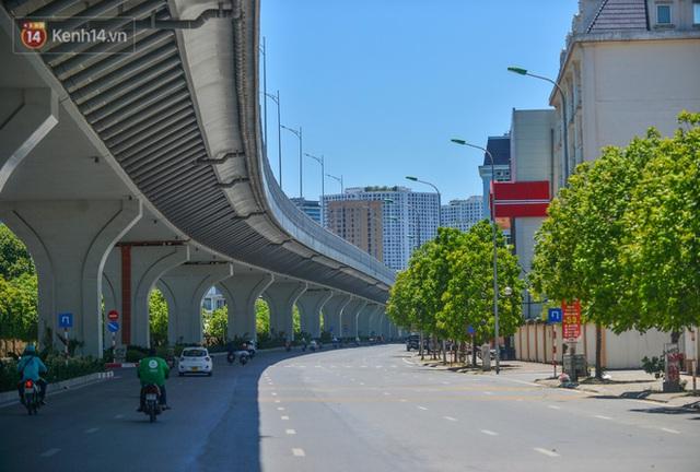 Nắng nóng đỉnh điểm lên đến gần 50 độ C tại Hà Nội: Mặt đường bốc hơi, người dân chật vật mưu sinh - Ảnh 1.