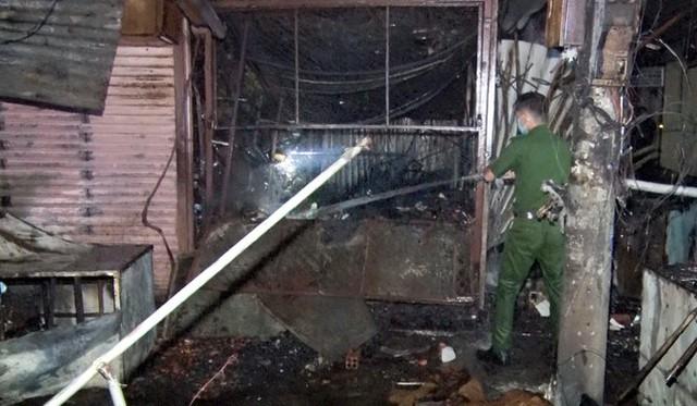 Cháy loạt ki ốt chợ trong đêm ở Hậu Giang  - Ảnh 2.