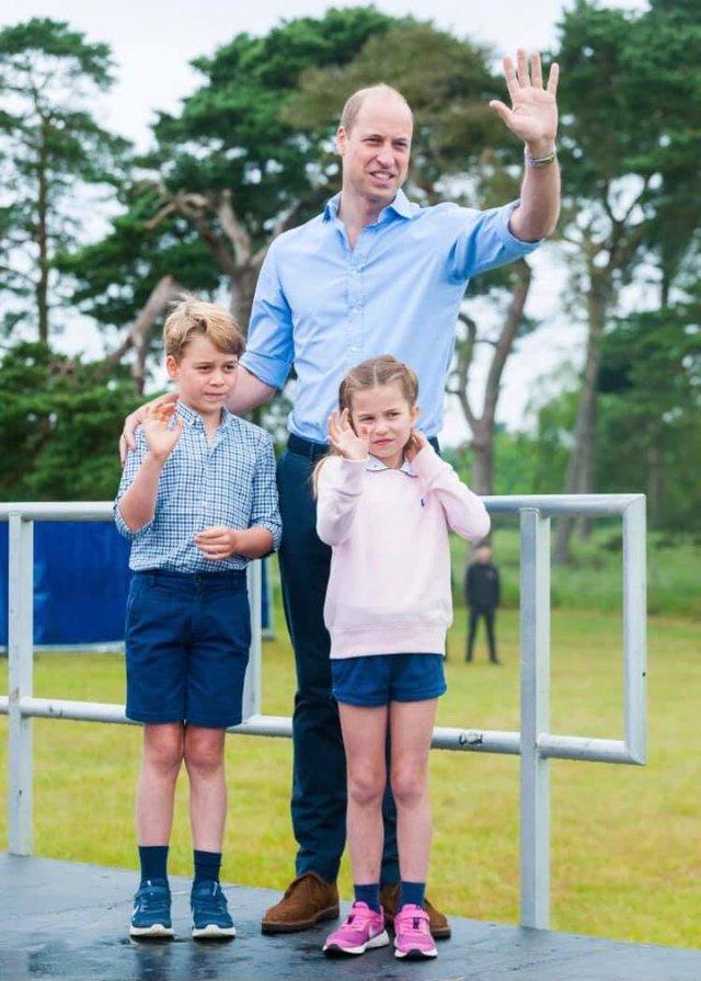 Hoàng tử William xuất hiện rạng rỡ cùng hai con, ngoại hình hiện tại của tiểu hoàng tử và công chúa gây sốt MXH  - Ảnh 2.