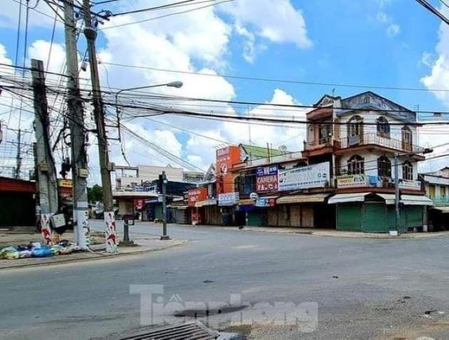 Phố phường Bình Dương vắng tanh trong ngày đầu giãn cách xã hội  - Ảnh 2.