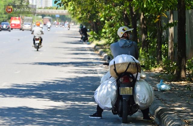 Nắng nóng đỉnh điểm lên đến gần 50 độ C tại Hà Nội: Mặt đường bốc hơi, người dân chật vật mưu sinh - Ảnh 13.