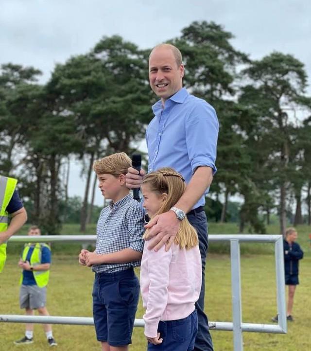 Hoàng tử William xuất hiện rạng rỡ cùng hai con, ngoại hình hiện tại của tiểu hoàng tử và công chúa gây sốt MXH  - Ảnh 4.