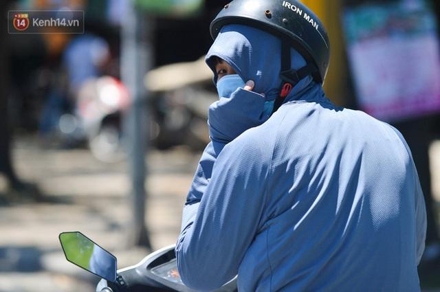Nắng nóng đỉnh điểm lên đến gần 50 độ C tại Hà Nội: Mặt đường bốc hơi, người dân chật vật mưu sinh - Ảnh 6.
