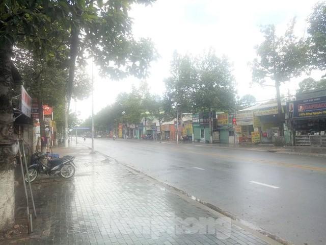 Phố phường Bình Dương vắng tanh trong ngày đầu giãn cách xã hội  - Ảnh 8.
