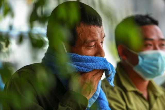 Nắng nóng đỉnh điểm lên đến gần 50 độ C tại Hà Nội: Mặt đường bốc hơi, người dân chật vật mưu sinh - Ảnh 9.