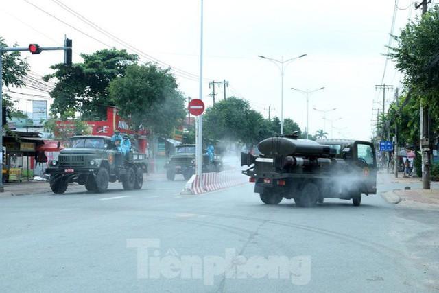 Phố phường Bình Dương vắng tanh trong ngày đầu giãn cách xã hội  - Ảnh 10.