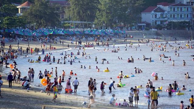 Nắng nóng kéo dài, biển Đồ Sơn chật kín người xuống tắm  - Ảnh 1.