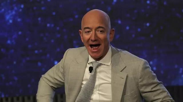 Gần 100.000 người ký 2 kiến nghị không cho tỉ phú Jeff Bezos trở lại trái đất  - Ảnh 1.