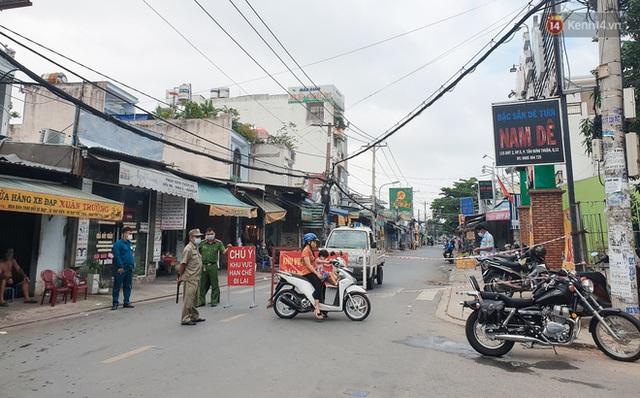 Nhiều tuyến đường ở Sài Gòn được giăng dây, lập hàng rào hạn chế để dẹp chợ tự phát - Ảnh 11.
