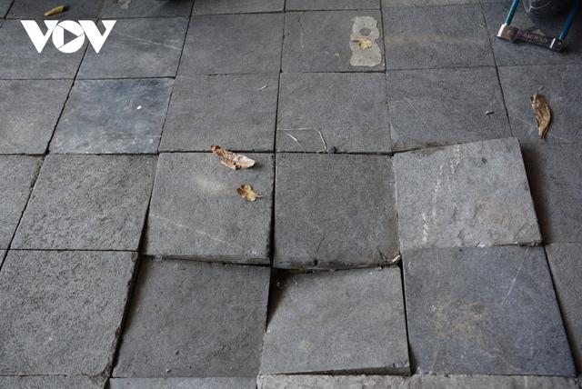 Covid-19 làm...lộ vỉa hè Hà Nội lát đá tự nhiên vỡ nát, sụt lún - Ảnh 12.